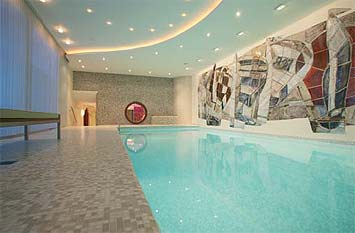 blick in die schwimmhalle wo die abgerundeten ecken im pool ebenfalls aus hartschaum gestaltet. Black Bedroom Furniture Sets. Home Design Ideas
